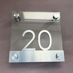 Plaque inox brossé et verre trempé - 150x150mm / Design Century Gothic / Modèle entretoises