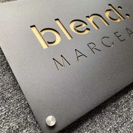Plaque Noire 300x200mm avec fond laiton brossé - Texte évidé dans la matière