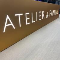 Bonjour! Que pensez vous de cette belle enseigne dorée éclairée par des led? 🤩 . @atelierdefamille #deco #design #enseigne #led