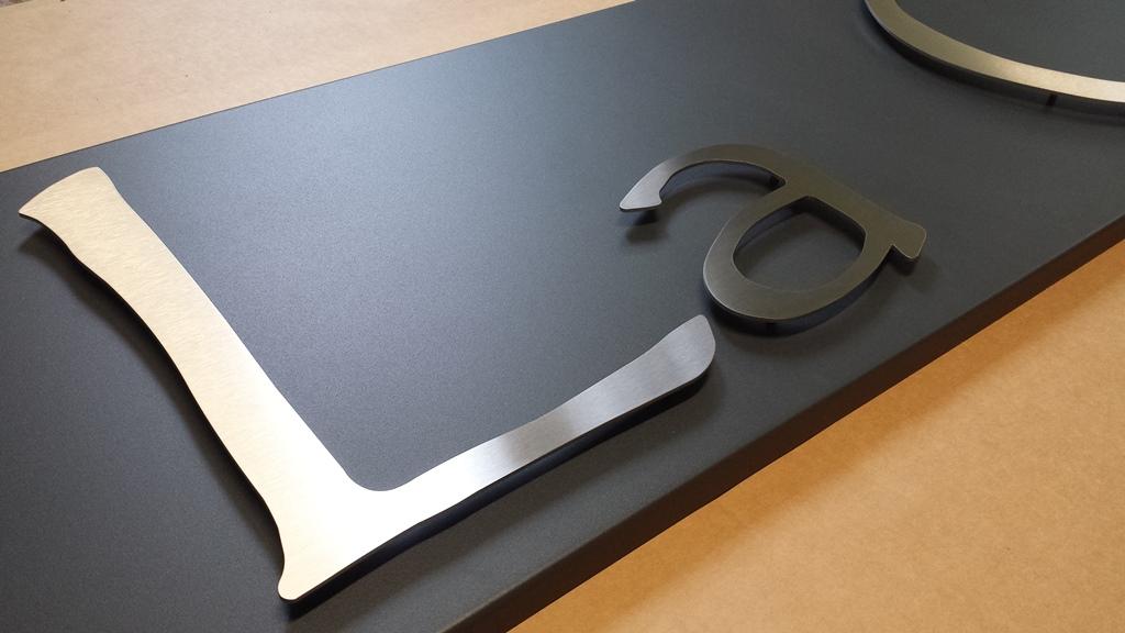 Caissons inox thermolaqu et lettrage inox accueil for Plaque inox brosse sur mesure